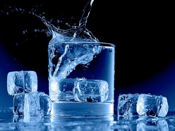 تصویر در زیان های پنهان نوشیدن آب سرد